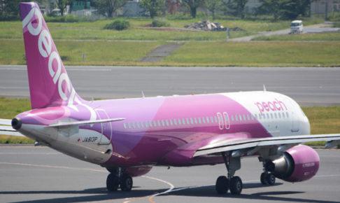 滑走路に向かう、ピーチのエアバスA320型機(写真:Traicy)
