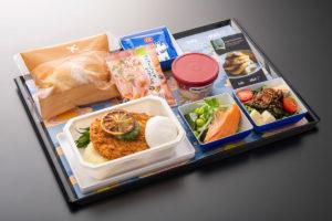 ANAとbillsがコラボレーションした機内食、メインはポークシュニッツェル