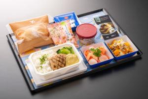 ANAとbillsがコラボレーションした機内食、メインはグリルドチキン
