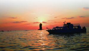 ローソク島を見る遊覧船(公式HPより)